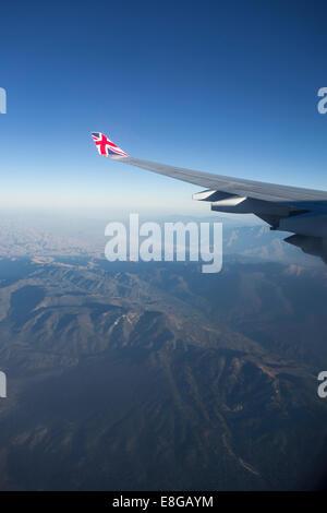 Vue aérienne de l'Union Jack Flag sur l'extrémité d'aile de Virgin Airlines vol au dessus de la Californie United States