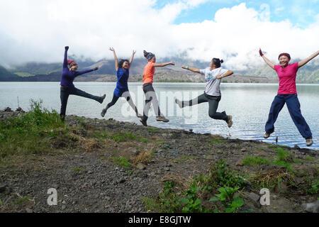 Mont Rinjani, Mataram, KEC. Sandubaya, Nusa Tenggara Ouest Women Jumping Banque D'Images