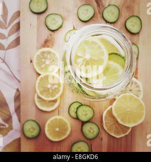 Vue en hauteur d'un pot en verre rempli de tranches de citron et de concombre Banque D'Images
