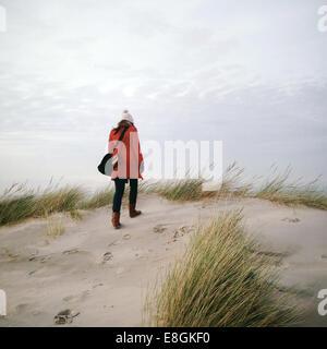 Vue arrière du woman walking on beach in winter Banque D'Images