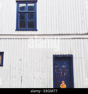 La Norvège, Fredrikstad, Boy (10-11) sitting contre house