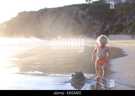 Boy standing on beach Banque D'Images