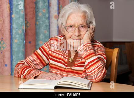 Portrait of senior woman avec livre ouvert Banque D'Images