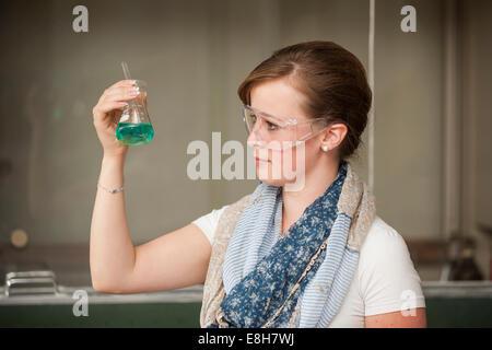 Élève de l'école de formation professionnelle en cours de chimie Banque D'Images