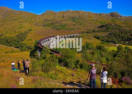 Les touristes photographier le train à vapeur Jacobite sur viaduc de Glenfinnan, voyageant de Fort William à Mallaig Banque D'Images