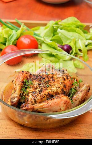Appétissant et savoureux poulet rôti au four à la maison de torréfaction , VIANDES . Banque D'Images