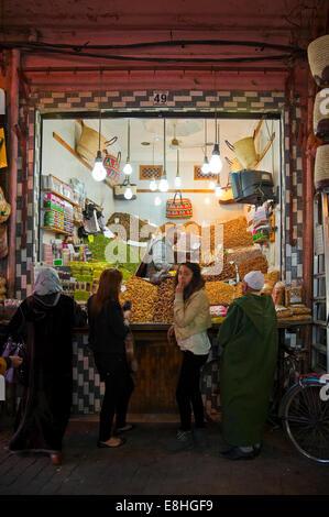 Portrait vertical de clients musulmans qui attendent d'être servi dans un gâteau traditionnel shop dans les souks Banque D'Images