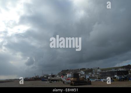 Hastings, Royaume-Uni. 8 octobre, 2014. Temps orageux sur la plage pêche Stade Hastings, East Sussex, UK.