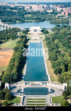WASHINGTON DC, USA - vue de la Seconde Guerre mondiale Seconde Guerre mondiale Memorial (en bas), d'un miroir d'eau Banque D'Images