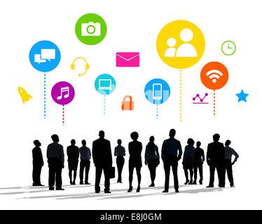 Silhouettes d'hommes d'affaires et concepts de médias sociaux