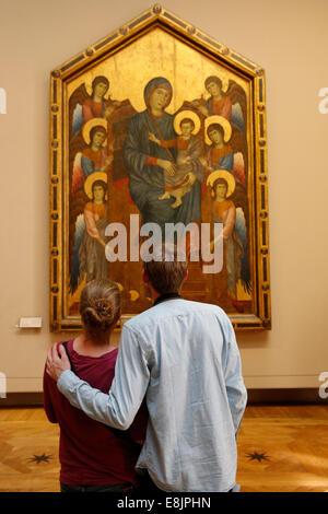 Couple looking at a la peinture religieuse dans le musée du Louvre, Paris Banque D'Images