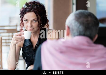 Couple dans un café Banque D'Images