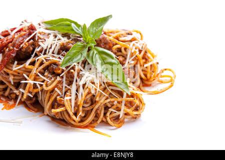 Les pâtes italiennes aux tomates séchées et basilic sur fond blanc Banque D'Images