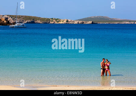 L'homme et la femme en vacances en prenant un '70623' photographie tout en se tenant dans la mer à Arenal d'en Castell, Banque D'Images