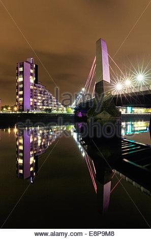 Le Glasgow Clyde Arc réfléchissant sur la rivière Clyde, après le coucher du soleil.