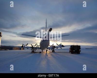 P-3B de la NASA laboratoire aéroporté sur la piste à la base aérienne de Thulé au Groenland, tôt le matin du 21 Banque D'Images