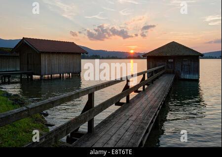 Les hangars à bateaux au coucher du soleil sur le lac de Kochel am See, à Kochel, Haute-Bavière, Bavière, Allemagne Banque D'Images
