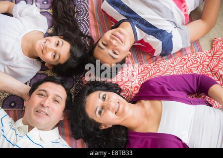 La famille hispanique portant sur l'ensemble des couvertures Banque D'Images