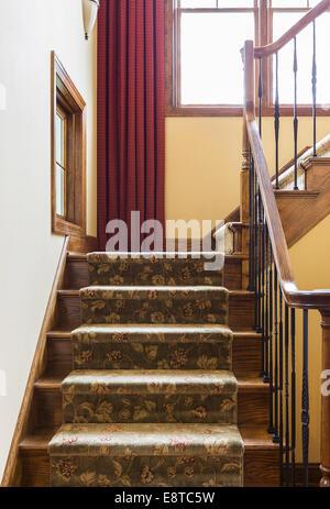 Escalier de moquette et bannister dans maison rustique Banque D'Images