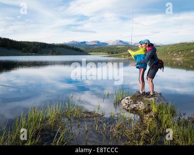 Mère et fille, la pêche en rivière Banque D'Images