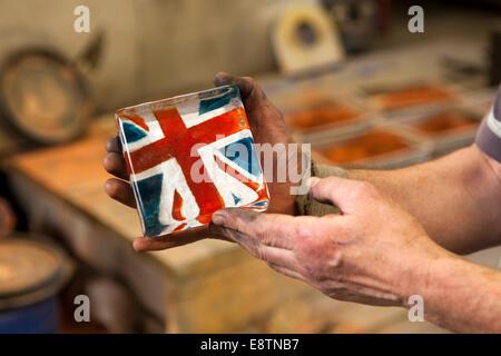 Royaume-uni, Angleterre, Devon Great Torrington, Dartington, Cristal, Cristal moulé union flag paperweight Banque D'Images