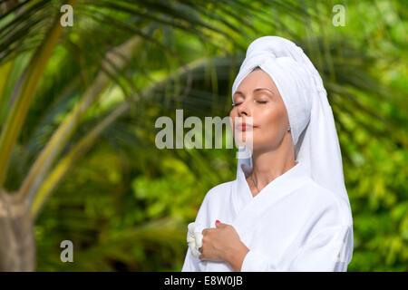 La santé, spa et beauté concept - belle femme in towel Banque D'Images