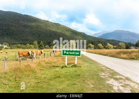 Le paradis est un endroit rural pastorale de la région de l'Otago en Nouvelle-Zélande Île du Sud. Panneau routier Banque D'Images