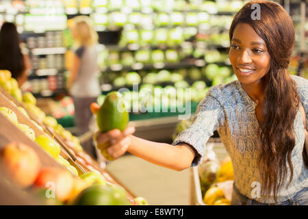 Woman shopping for fruit in grocery store Banque D'Images