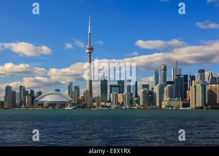 Célèbre ville de Toronto avec la Tour CN et le Centre Rogers pris de les îles de Toronto. Banque D'Images