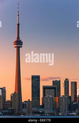 Célèbre ville de Toronto avec la Tour CN et le Centre Rogers au coucher du soleil prises depuis les îles de Toronto.