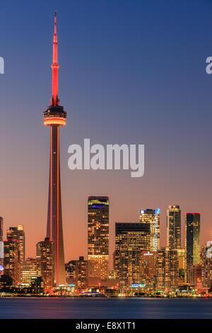 Célèbre ville de Toronto avec la Tour CN et le Centre Rogers après le coucher du soleil prises depuis les îles de Toronto.