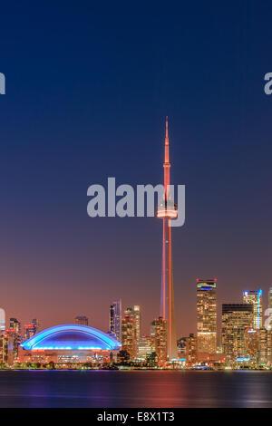 Célèbre ville de Toronto avec la Tour CN et le Centre Rogers après le coucher du soleil prises depuis les îles de Banque D'Images