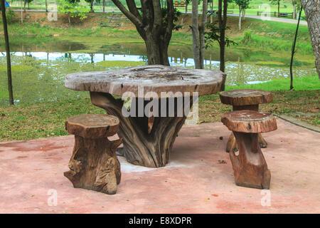 Table et chaises en bois dans le jardin pour la détente Banque D'Images