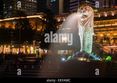 Le Merlion de nuit, symbole de la ville, à Singapour, en Asie