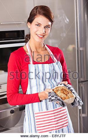 Belle femme montrant son cake Banque D'Images