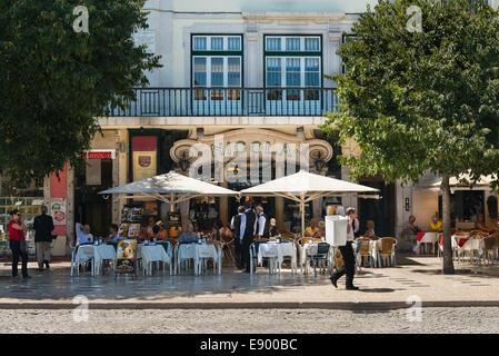 Portugal Lisbonne Rossio, Baixa la Praça de Dom Pedro IV restaurant café Nicola parasols tables et chaises Banque D'Images