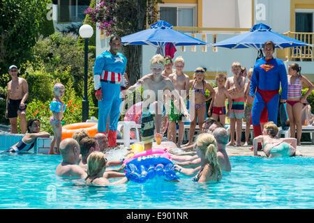 Maison de spectacle et des enfants qui jouent un jeu dans une piscine, Mastichari, Kos, Grèce