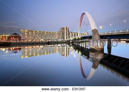 Le Glasgow Clyde Arc réfléchissant sur la rivière Clyde au crépuscule du soir