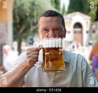 Gros litre verre de bière en main haute Banque D'Images