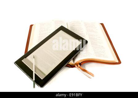 Le lecteur de livres électroniques portant sur la Bible Banque D'Images