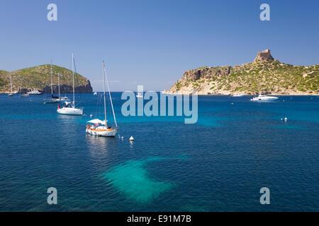 Île de Cabrera, Majorque, Iles Baléares, Espagne. Vue sur la baie de château du 14ème siècle, les yachts au mouillage. Banque D'Images