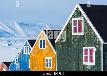 Rangée de maisons en bois coloré avec un paysage de neige Banque D'Images