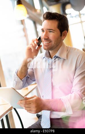 Businessman using a Mobile Phone Banque D'Images