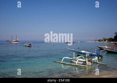 Bateaux amarrés outrigger Indonésie Lombok Gili Air Banque D'Images