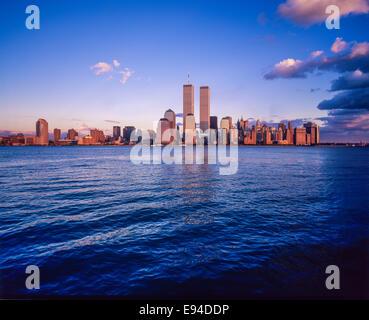 Financial District Manhattan skyline et Hudson River au coucher du soleil avant le 11 septembre 2001 New York City NY USA