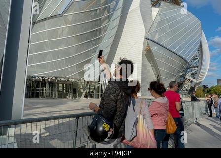 Paris, France. Nouveau bâtiment du Musée d'art contemporain La Fondation Louis Vuitton', dans les parcs, Bois de Banque D'Images