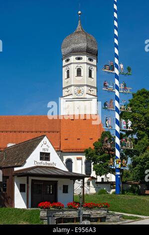 Ancien forgeron de village, l'église paroissiale de Saint Vitus, maypole, Erling Andechs dans, Oberbayern, Bavière, Banque D'Images
