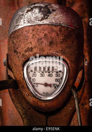Cadran de l'indicateur sur un vieux scooter Banque D'Images