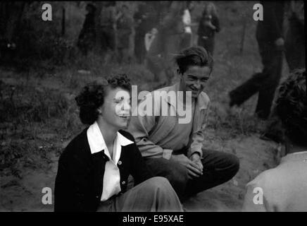 Ann es 1940 ann es 1950 jeune femme au lit lecture lettre smiling porter pyjamas en soie papier - Rendre folle une femme au lit ...