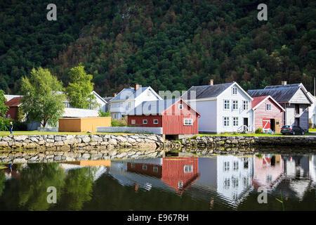 Maisons bois traditionnelle reflète dans l'eau dans Laerdal, Sogn og Fjordane, Norvège Banque D'Images